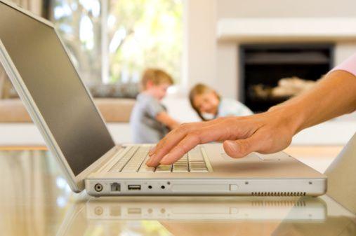 Lavoro a casa, orario autogestito, capi e controlli a distanza.  L'Italia del lavoro e' innovativa o tradizionale?