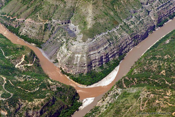 Sobrevolando Colombia - En ruta hacia Bucaramanga, cañón del Chicamocha. Se pueden ver unas cuevas.