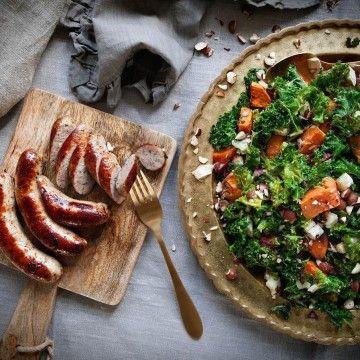 Rostad sötpotatis med grönkål, getost och hasselnötter med stekt korv - Recept - Tasteline.com