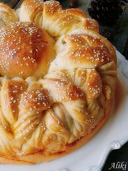 good photo tutorial on the construction of this bread /Mamina jela: Praznična pogača