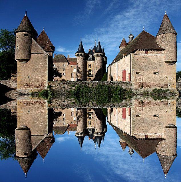 Le château de la Clayette est situé sur la commune de La Clayette en Saône-et-Loire, en Bourgogne,au centre du bourg, au bord d'un étang.  Propriété privé,il ne se visite pas.