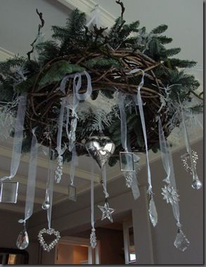 I love this ~ would be so pretty adding greens and snowflakes to a chandelier. Kerst krans ifoundmyhomeblogspot.nl