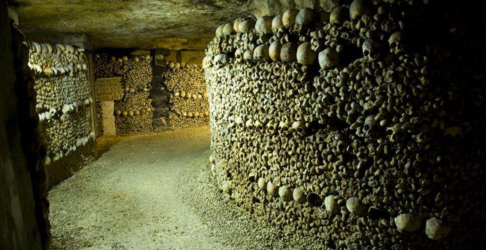 Las Catacumbas Francesas Las catacumbas de París son un famoso osario subterráneo en París, con huesos y cráneos colocados a ambos lados del corredor, haciendo una especie de stock de cráneos. Un lugar muy escalofriante.