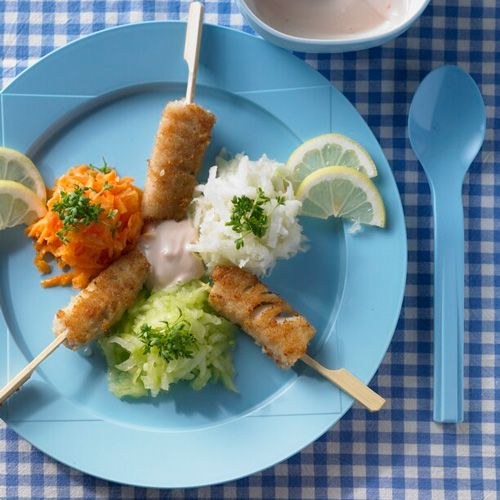Fisch am Stiel mit bunten Gemüseinseln