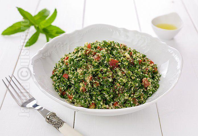 Salata tabbouleh sau salata orientala de patrunjel, acesta este numele retetei pe care vreau sa v-o prezint in continuare. Pentru ca a venit vara, salatele