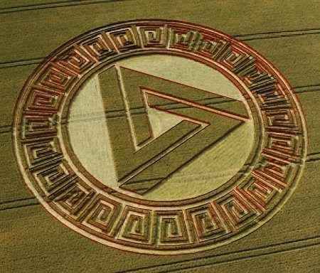 Waden Hill Crop Circle. Este círculo fue creado en 2005. El terreno donde se encuentra este círculo domina el círculo de piedra de Avebury, y ha acogido a muchas formaciones enigmáticas y polémicas en los últimos años. Este es sin duda uno de añadir a esa lista memorable. El diseño en sí consiste en 'Triángulo Penrose' con lados que mide unos 126ft de largo, rodeado por un círculo establecido y luego un patrón intrincado y complejo de la puesta y cultivo en pie alrededor del perímetro.