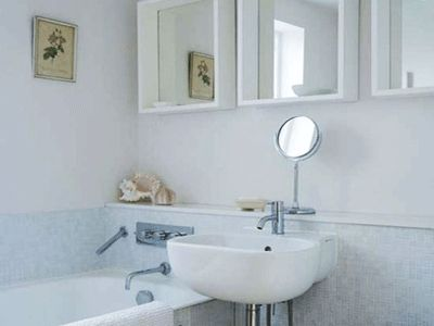 Spacious Small Bathroom Decorating with Mirrors