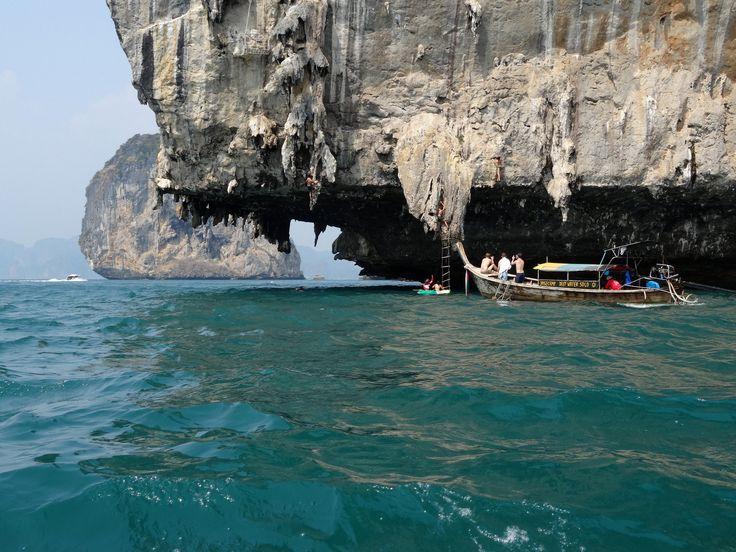 Climbing, Krabi//Krabi est une des provinces méridionales de la Thaïlande, au bord de la mer d'Andaman. Les provinces voisines sont Phang Nga, Surat Thani, Nakhon Si Thammarat et Trang. Wikipédia
