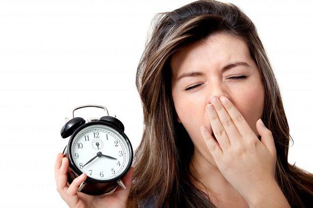 Uyku Sorunuyla Mücadele Edin    Bir çok sebepten dolayı yaşanılan uyku sorunları, uykuya dalamama, sık aralıklarla uyanma veya erken uyanma gibi çeşitlilik gösterir.    Kaliteli ve vücut için gereken uykuyu uyumak için birkaç yöntem;    Uyunan oda; yemek yemek, çalışmak, televizyon seyretmek için kullanılmamalıdır. Her sabah aynı saatte uyanılmalıdır. Akşam yatmaya 1-2 saat kala bir şeyler yenmemeli, kafeinli içecekler içilmemelidir.