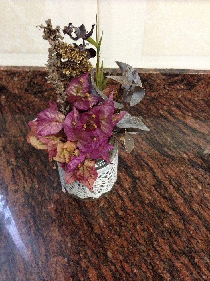 Aprovechar envases de conservas , añadir una puntilla y flores secas