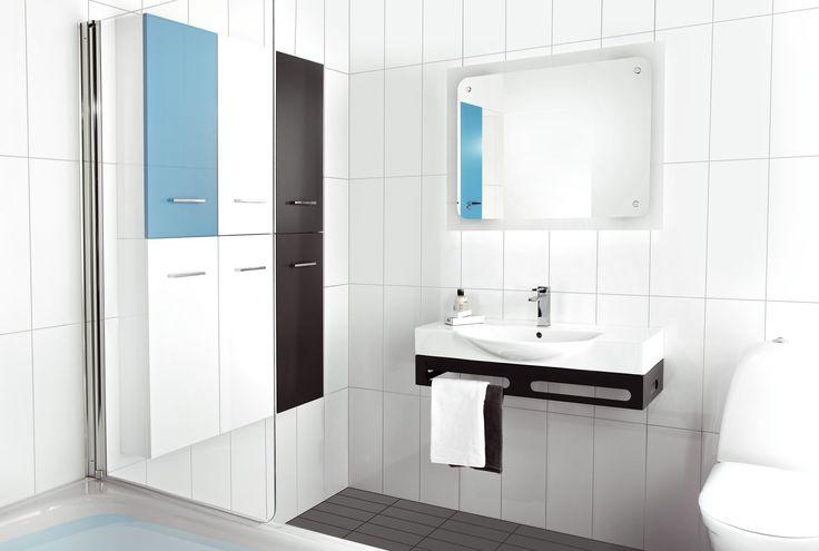 Minimalistinen kylpyhuone sinisellä yksityiskohdalla. - Minimalist style bathroom with blue detail.