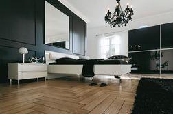 HULSTA Slaapkamer Metis Plus Hoogglans puurwit  Prachtig design Hier zijn voor de nachtkastjes de 10 cm hoge voetjes in hoogglanschroom en het dekblak in gelakt glas gekozen. Ze zijn daardoor 87,6 cm hoog en 70 cm breed. Heeft u niet zo veel opbergruimte nodig bij uw bed? Kiest u dan de 50 cm brede nachtkastjes.