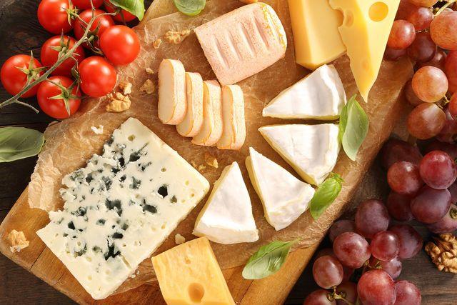 Как выбрать сыр для разных блюд http://www.edimdoma.ru/kulinarnaya_shkola/tips/show/18330-syr-pravila-sochetaniya Каждая современная хозяйка должна хотя бы немного разбираться в сырах. Понятно, что знать все 2000 сортов этого продукта невозможно, если вы не являетесь шеф-поваром французского ресторана, но иметь хотя бы поверхностное представление о сырах не помешает. #едимдома #вкусно #кулинария #кухня #советы