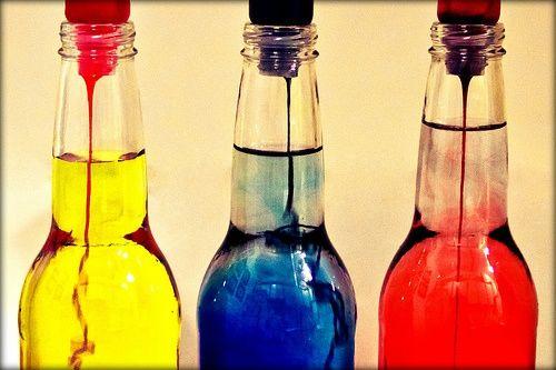 las botellas que contienen los colores
