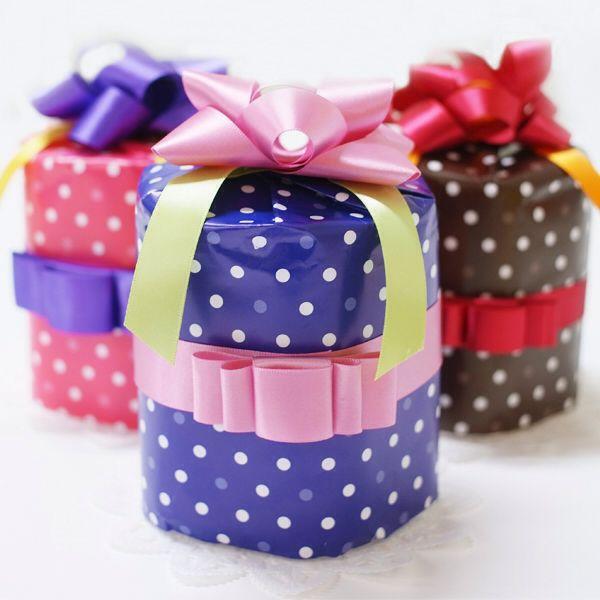 【ミニおむつケーキ】 可愛いミニサイズのおむつケーキ♡ シンプルにおむつを贈りたい方のために、プチギフト感覚でお手軽にお贈りいただけるベビーギフトをご用意致しました^ ^ ミニタイプなので、出産入院のプレゼントとしても場所を取ることもなく、他の物をプレゼントする時などに横に添えると、とっても素敵な贈り物になります♡ また、WING-SHOPでは必ず手洗い消毒を行い、使い捨てビニール手袋を装着し、1枚ずつ個包装することで衛生を保っています!! 品質保持のために作り置きは一切しておりません。 すべて受注後のオーダーメイドとなります♡ カラーは3色☆ ブルードット/ピンクドット/ブラウンドット…となっています^ ^ 詳しくは公式オンラインショップで♡♡♡