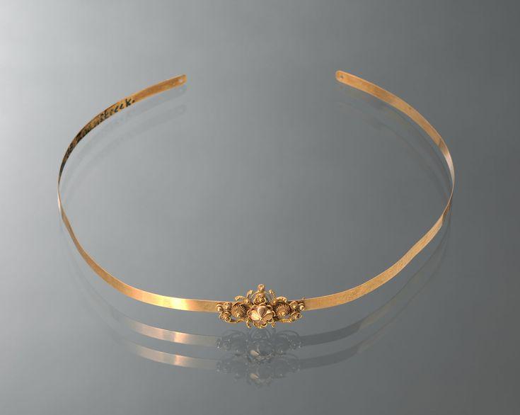 Voorhoofdstiftje of ferronnière van 18-karaats goud. Gedragen door een vrouw uit de Zaanstreek. Dit sieraad is tussen 1837 en 1875 vervaardigd. #NoordHolland #Zaanstreek