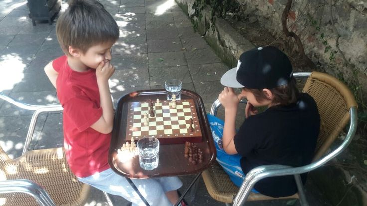 Can ile satranç oynuyoruz..