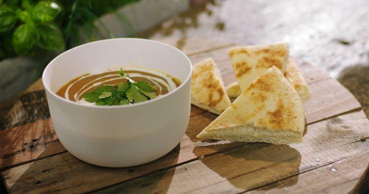 Een klassieke wortelsoep is lekker, maar het wordt nog beter als je er iets extra aan toevoegt. Deze keer gaan we de Oosterse toer op met Indische specerijen en dahl of linzen. Door de linzen mee te koken en dan te mixen, krijg je een dikke soep die goed vult. Serveer ze met warm brood voor een lunch met veel smaak.Extra materiaal:een grote soepketeleen staafmixer