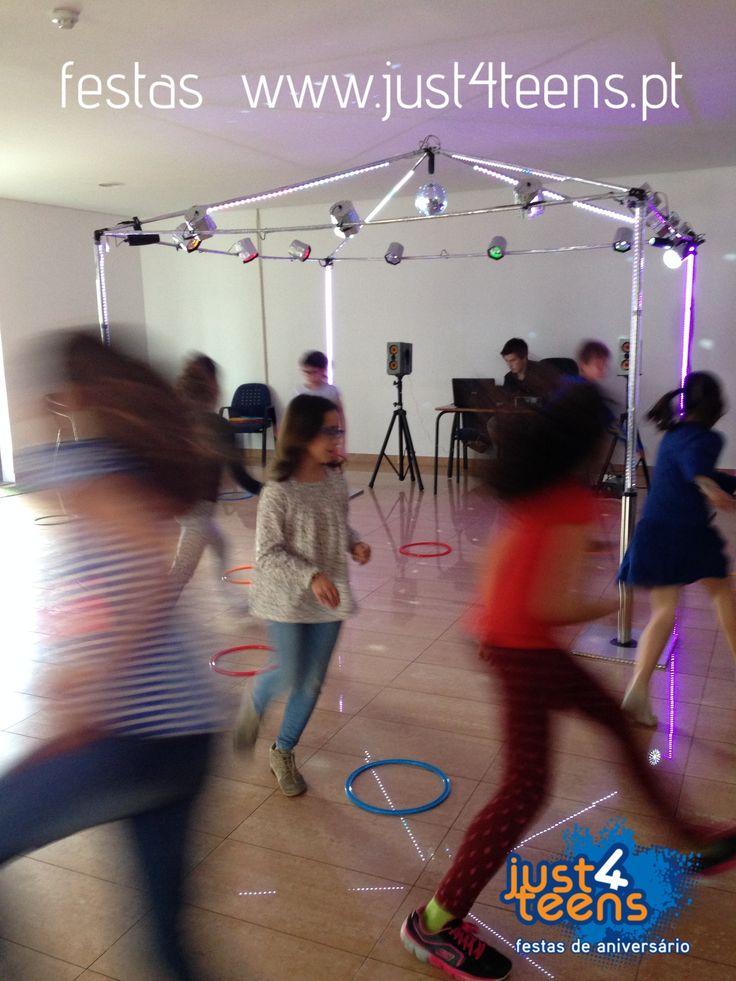 Festa na discoteca com luzes, bola de espelhos e música para dançar e jogar. #festas #aniversário #discoteca #just4teens #dançar