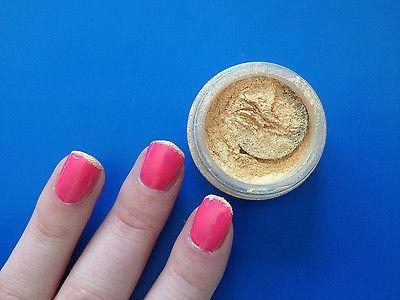 Goldenes Schimmerpuder glänzt nicht nur schön auf Armen und Dekolletee, sondern auch auf der Nagelspitze. (© Sina Huth)