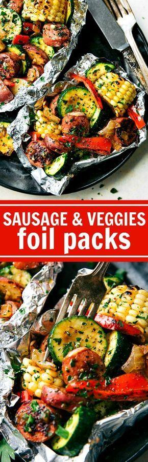 Salchichas a la parrilla con verduras en paquetitos de aluminio