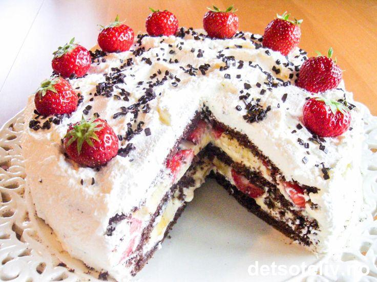 Vi er nå inne i mai - årets aller herligste måned synes nå jeg - og det er høysesong for å bake fine fest- og kremkaker. Dette er en nydelig krysning mellom sjokoladekake og bløtkake! Jeg har fylt kaken med vaniljekrem, jordbær og banan, men du kan variere med det du liker best.
