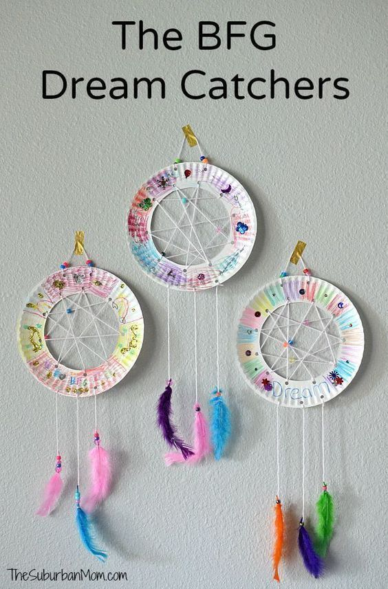 Paper plate dream catchers inspired by Roald Dahl and Disney's The BFG. Easy kids craft for toddlers to big kids. Perfect for Girl Scout Troops too. #paperplatecraftsforkids #kidscrafts