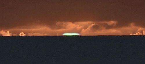 太陽が沈む直前、緑色に光る「グリーンフラッシュ」という現象が、三日月山展望台(ウェザーステーション)で見られた(8日午後5時11分、東京都小笠原村父島で)=大石健登撮影