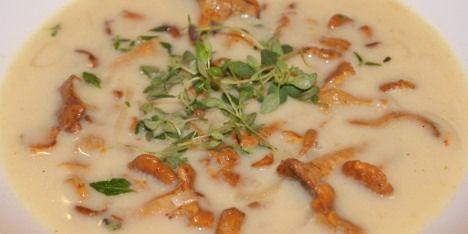Dejlig suppe med masser af smag fra kantareller, hvidvin og timian.