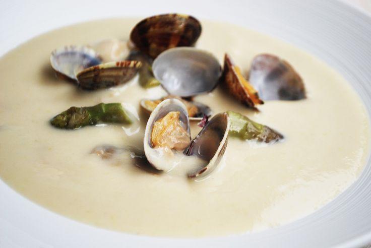 Le origini dei Chowder americani sono francesi: il nome chowder deriva da chaudière, il calderone dove i pescatori cuocevano il pescato del giorno. Dalla Francia questa zuppa è giunta in Gran Bretagna, e da lì è approdata sulle coste del Canada, prima di giungere negli Stati Uniti. La prima menzion