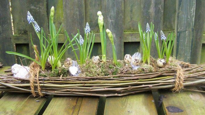 Schöne natürliche Osterdeko für draußen. Noch mehr Deko Ideen gibt es auf www.Spaaz.de