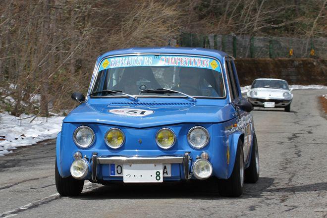 雪の残るコースに映える1971年「ルノー8ゴルディーニ」。続くのは、参加した唯一の日本車だった「マツダ・コスモスポーツ」。