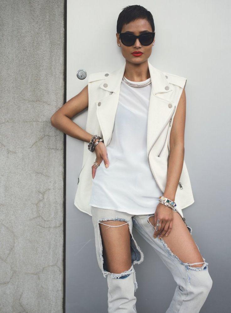 veste en jean blanc neige, top assorti, jeans déchirés et lunettes de soleil…