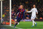 Sergio Ramos del Real Madrid CF (4) reacciona como Jeremy Mathieu de Barcelona celebra como él anota su primer gol con un cabezazo durante el partido de Liga entre el FC Barcelona y el Real Madrid CF en el Camp Nou el 22 de marzo de 2015, de Barcelona, España.