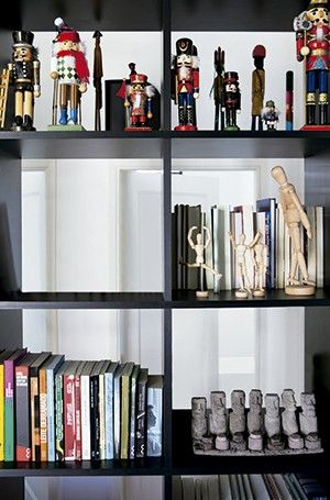 Dos dois lados: a estante, desenhada pelo designer de interiores Marcel Steiner, serve de divisória de ambientes. Os 50 cm de profundidade possibilitam criar diversas composições: dá para acomodar os livros com a lombada voltada para o escritório