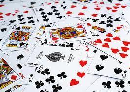 le carte sono un must sulla spiaggia...una partitina non guasta mai