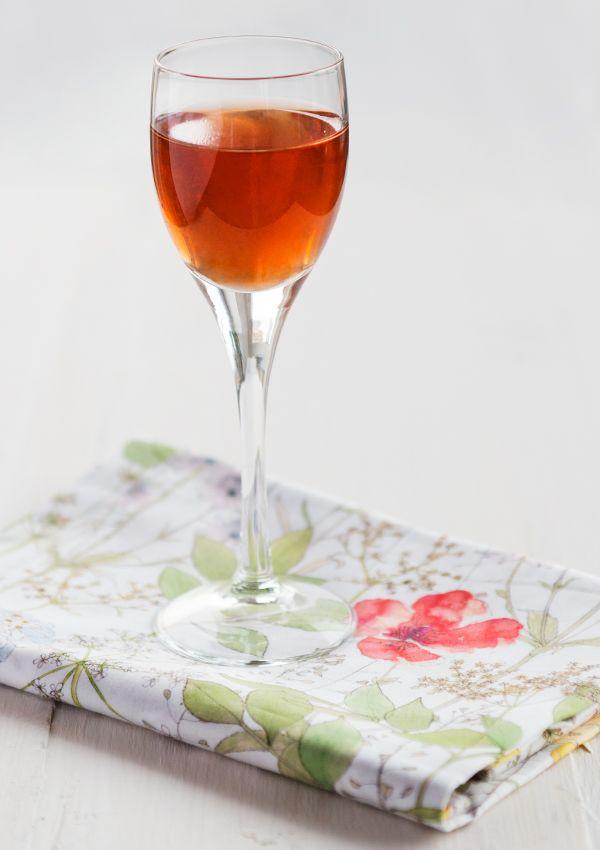 Strawberry and vanilla liqueur. (Jordgubbslikör med vanilj.)