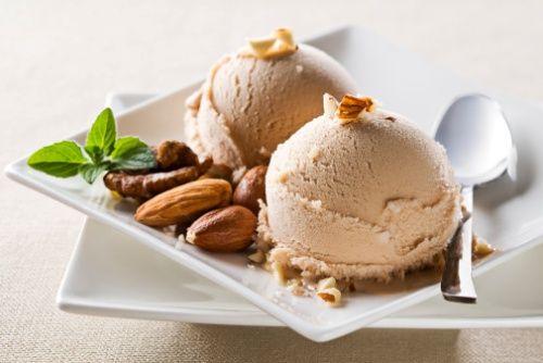 Non rinuncerei mai a...alla freschezza di un dolcissimo gelato alla nocciola, arricchito con stecche di cioccolato, mandorle  e bastoncini di cialda...una delizia!