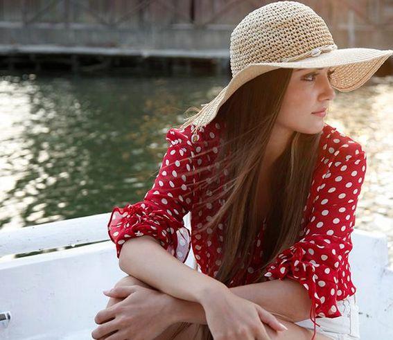 Güneşin Kızları 9. Bölüm Kıyafetleri ve Markaları Selin'in kırmızı puantiyeli gömleği ve hasır şapkası