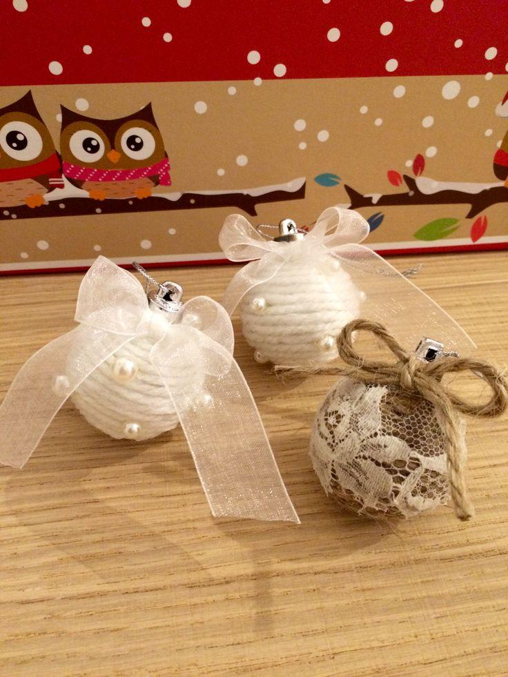Palline realizzate con corda, lana, pizzo e perle