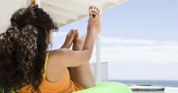 Cómo quitar el color amarillo de las uñas de los pies. El verano y las sandalias elegantes, con tiritas, van de la mano, así como la mantequilla de maní y la jalea. Sin embargo, nada puede ser más desastroso para la modo que tener uñas amarillentas. Usar esmaltes oscuros es la causa número uno de tener uñas descoloridas. La extracción del tinte amarillo permite que tus pies puedan lucirse de una forma ...