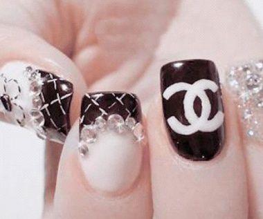 Coucou les filles! Qui ne connaît pas la grande griffe couture Chanel et son inimitable logo? Personne voyons! Dans tous les domaines, cette marque nous inspire… jusque sur nos ongles....