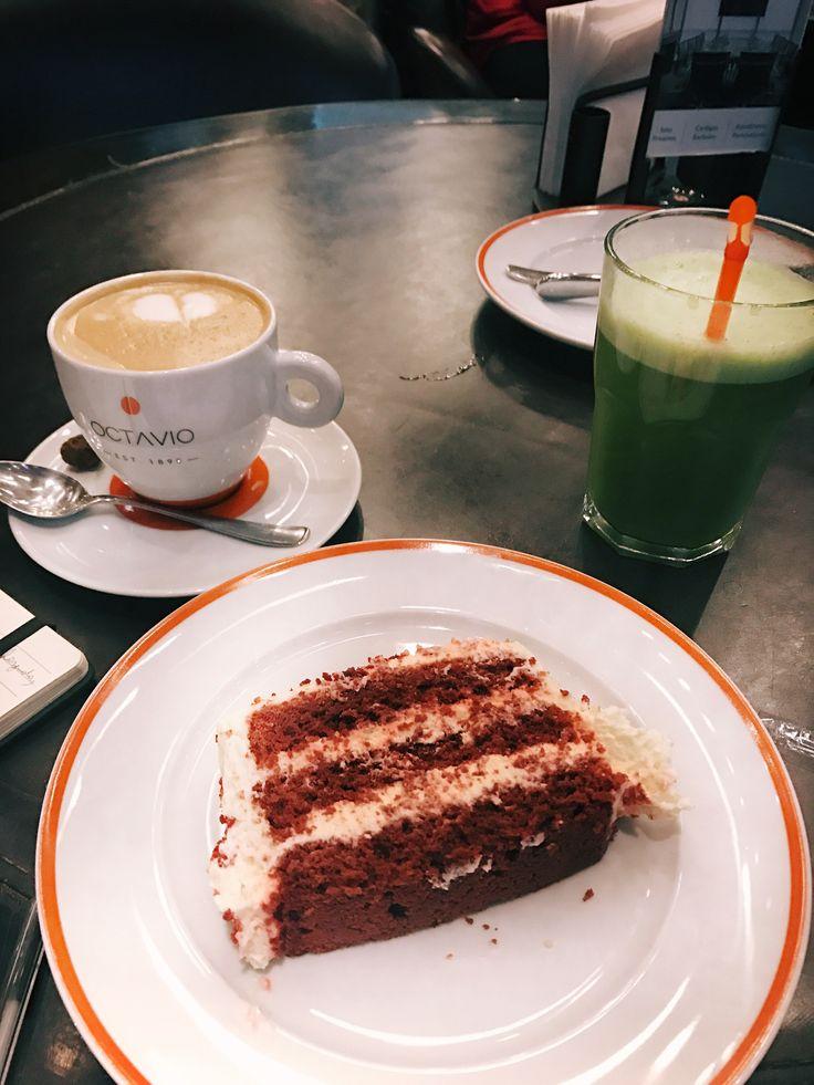 """Passei para tomar um cafezinho aqui no @octaviocafe, pra aproveitar o fim de tarde ❤ Pedi um chá gelado da casa, o """"Chá da Fazenda"""", que é uma DELÍCIA! Um Latte ☕️ com leite de amêndoas e o red velvet deles, que é magnífico 🍰 ."""