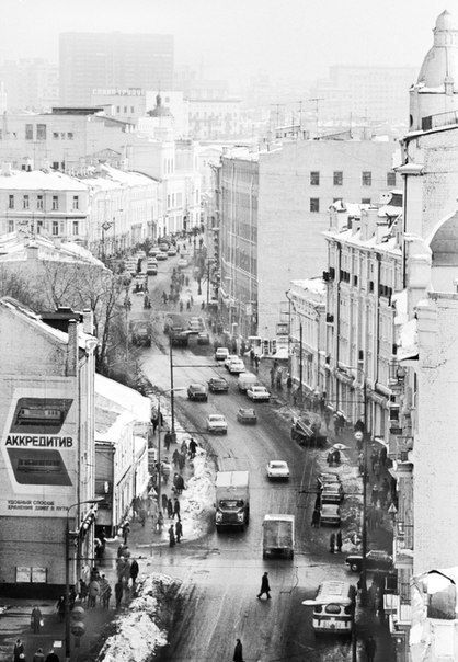 Старый Арбат в Москве. Одна из последних фотографий до того, как улица стала пешеходной, 1981 г.