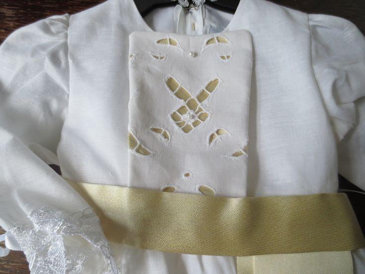 Dåpskjole Kvitveis kommer med gullbrokade kombinert med hvit tradisjonsrik bomullsøm. Leveres med hvit linlue som kjolen, samt smekke, krage og pompadur.