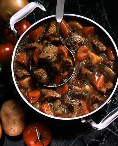 Een heerlijk Franse stoofschotel in rode wijn en cognac. Ingredienten: 1 kg. mager rundvlees. 3 uien fijngesneden, 2 teentjes knoflook, uitgeperst, 200 gr