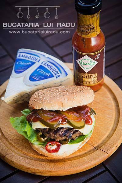 Hamburger din carne de cangur, cu branza cambozola. #bucatarialuiradu