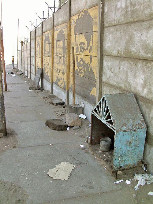 """Fuente imagen: Google Street View. Coordenadas: 20°12'29.8""""S 70°07'46.5""""W Hay muchas animitas de trabajadores chilenos repartidas por..."""