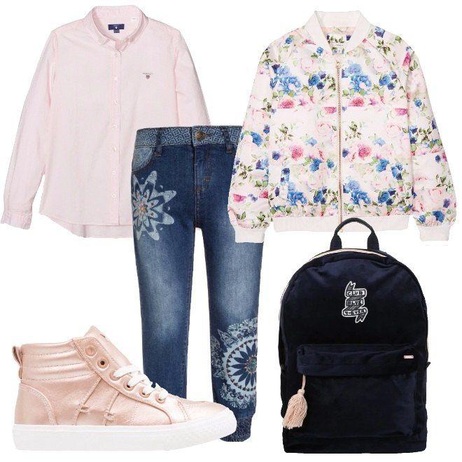 I pantaloni jeans blu lavaggio medio hanno le gambe decorate da stampe e l'elastico alla caviglia. Li abbiniamo alla camicia rosa dal taglio classico e al giubbino modello bomber a fantasia di fiori rosa e azzurro sul fondo bianco. AI piedi sneakers alte rosa metallizzate con para bianac. Per finire zaino blu con chiusura zip e patche e nappina rosa decorativa.