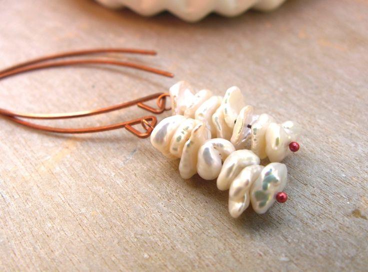Boucles d'oreille en perles keishi et cuivre : Boucles d'oreille par callenana